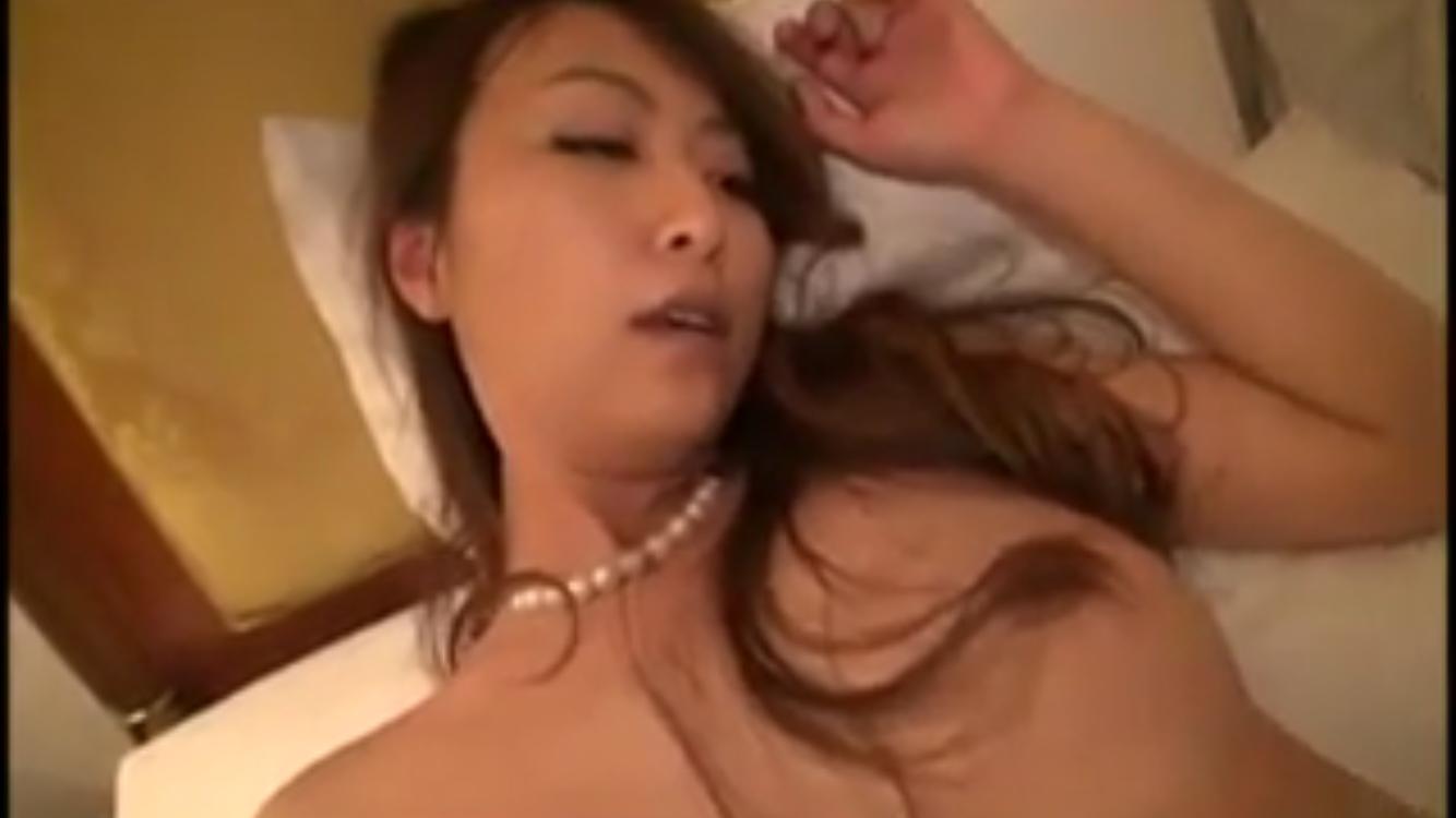 人妻動画:妖艶な37歳の素人妻が男優と初…